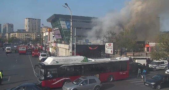 SON DƏQİQƏ: Bakıda məşhur ticarət mərkəzi yanır – YENİLƏNİB+FOTO/ VİDEO